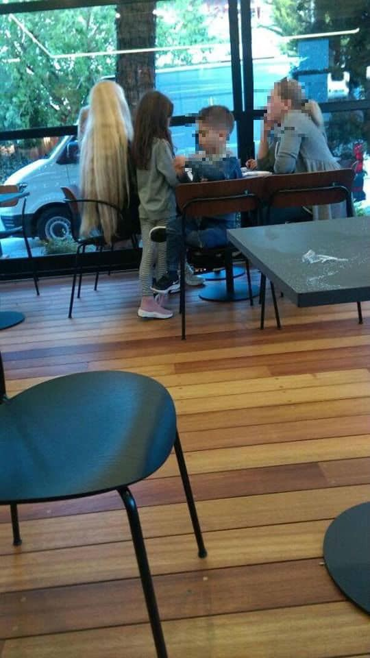 Βικτώρια Καρύδα: Για καφέ με τα παιδιά της! Ντυμένη στα μαύρα με πιο μακρύ μαλλί από ποτέ!