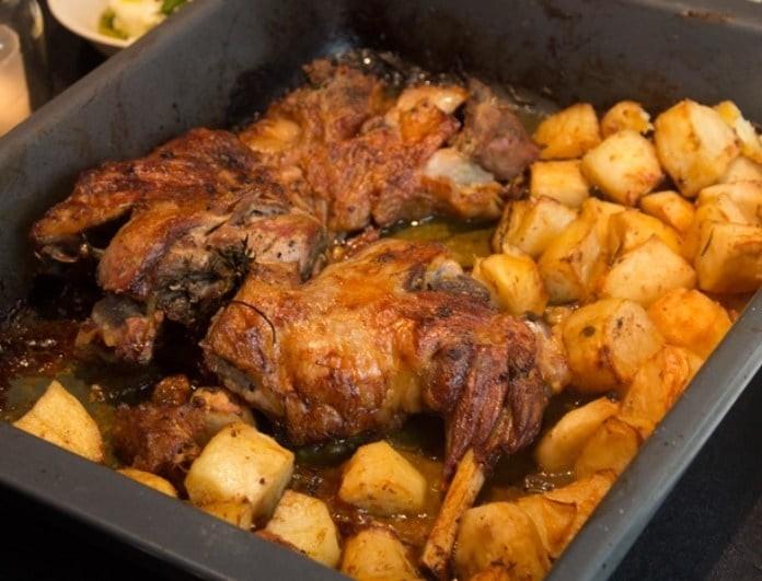 Η συνταγή για ένα «λουκούμι» αρνίσιο μπούτι στον φούρνο!