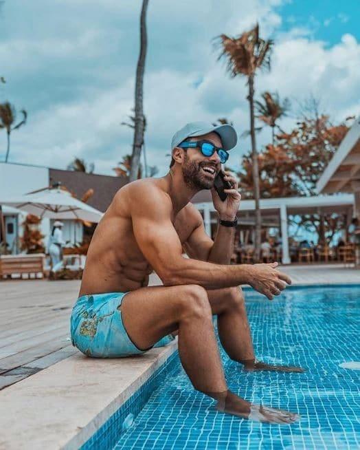 Ο Σάκης Τανιμανίδης με μαγιό στην πισίνα