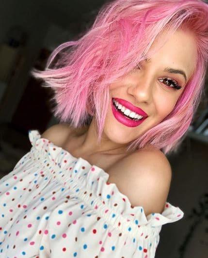 Η Λάουρα Νάργες έκανε ροζ τα μαλλιά της