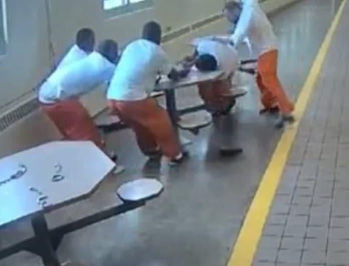 Σοκ μέσα στις φυλακές: Οι δεσμοφύλακες κάνουν πλάτες σε νεοναζί να επιτεθεί σε έγχρωμους συγκρατούμενους! Βίντεο που προκαλεί!