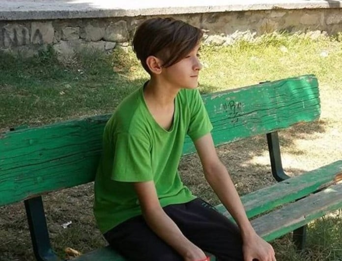 Τρίκαλα: Ράγισαν καρδιές στην κηδεία του 14χρονου που έπεσε από την ταράτσα