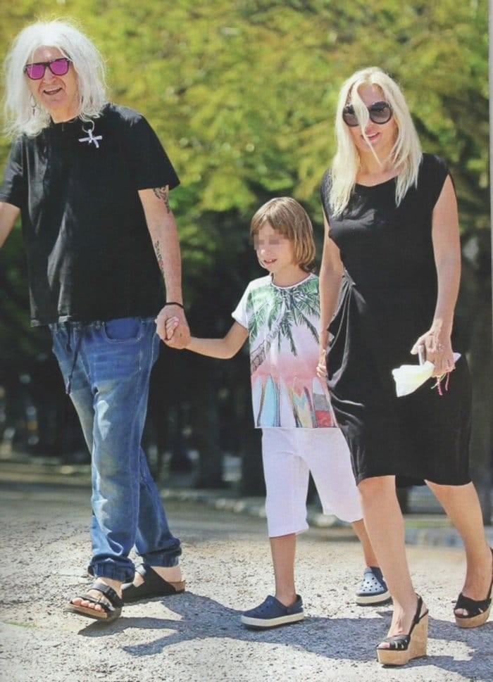 Η Αννίτα Πάνια, ο Νίκος Καρβέλας και ο γιος τους