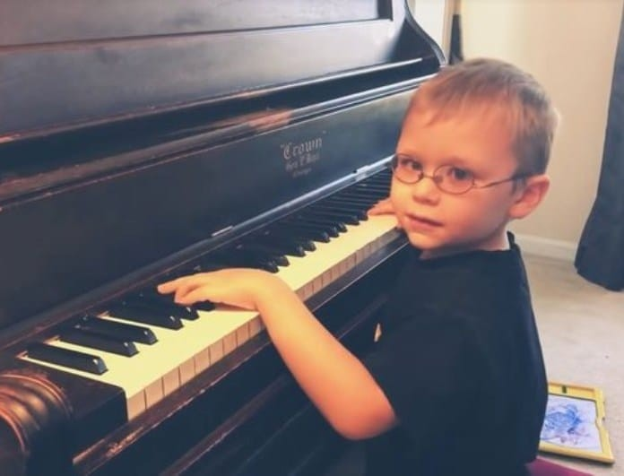 Συγκλονίζει ο 6χρονος τυφλός πιτσιρικάς που έμαθε να παίζει πιάνο μόνος του! (βίντεο)