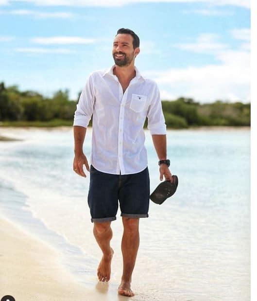 Ο Σάκης Τανιμανίδης στην παραλία