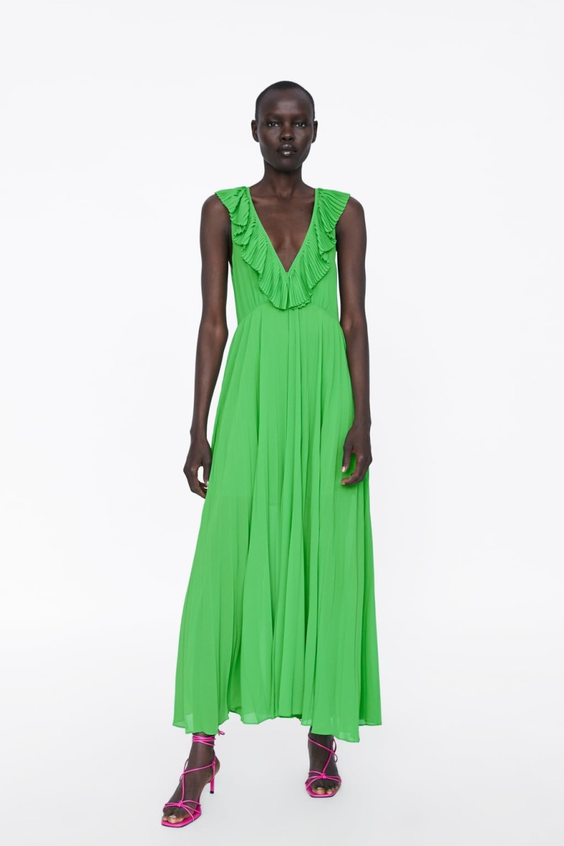 27e6537abc4 Zara: Το πλισέ φόρεμα με το αβυσσαλέο ντεκολτέ απόψε ... | Funky ...