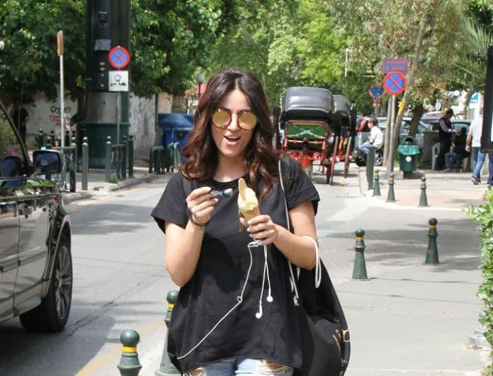 """Σοφία Παυλίδου: Τρώει παγωτό με καυτό σορτς! Τα πόδια της πώς είναι χωρίς """"πειράγματα"""";"""