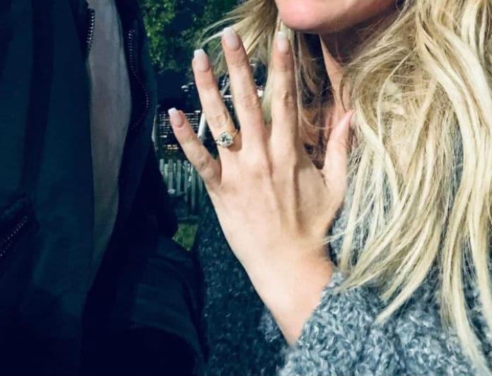 """Βόμβα! Παντρεύεται γνωστή τραγουδίστρια! Το δαχτυλίδι αρραβώνων που μας... """"θάμπωσε""""!"""