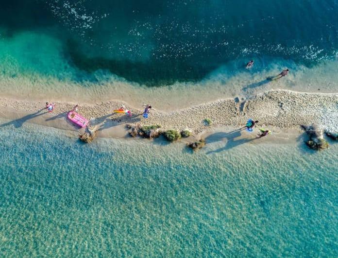 Γαλάζιες σημαίες 2019: Η λίστα με τις παραλίες που έχουν τα πιο κρυστάλλινα νερά!