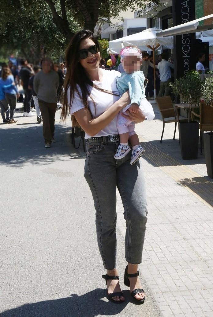 Φλορίντα Πετρουτσέλι: Βόλτα με την κορούλα της στην Γλυφάδα! Αποκλειστικές φωτογραφίες...