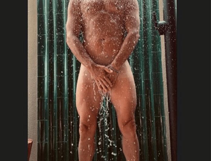γυμνό ντους γυμναστήριο