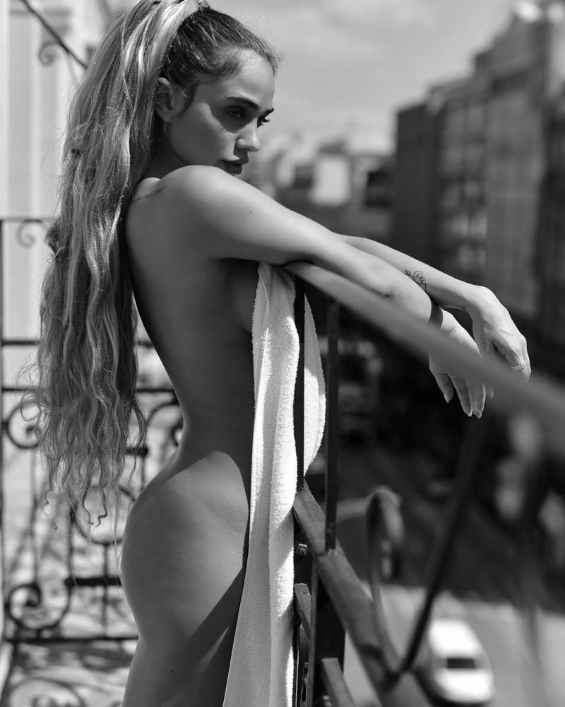 Κόνι Μεταξά: Βγήκε γuμνή στο μπαλκόνι! Προκάλεσε ταραχή στους γείτονες!