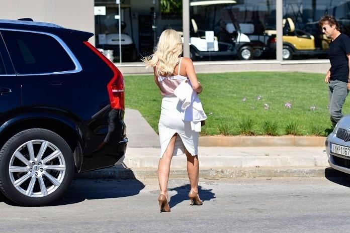Ελένη Μενεγάκη: Η λευκή κολλητή φούστα που