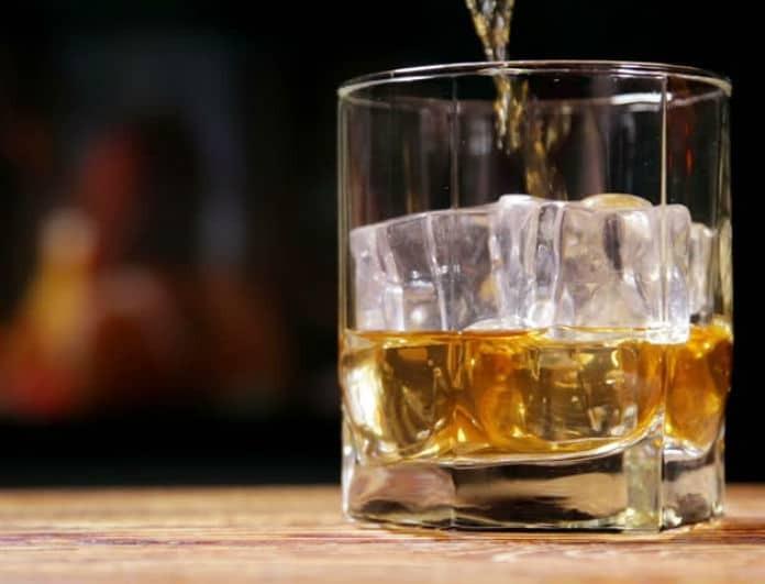 Μεγάλη προσοχή: Τα παγάκια που σερβίρουν στα μπαρ μπορεί να... δηλητηριάσουν!