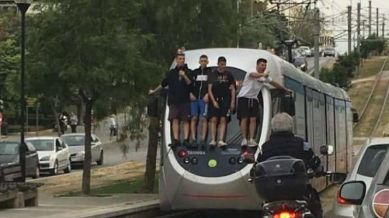 Μαθητές παίζουν τη ζωή τους κορώνα-γράμμα στη Νέα Σμύρνη: Σκαρφαλώνουν σε εν κινήσει τραμ!