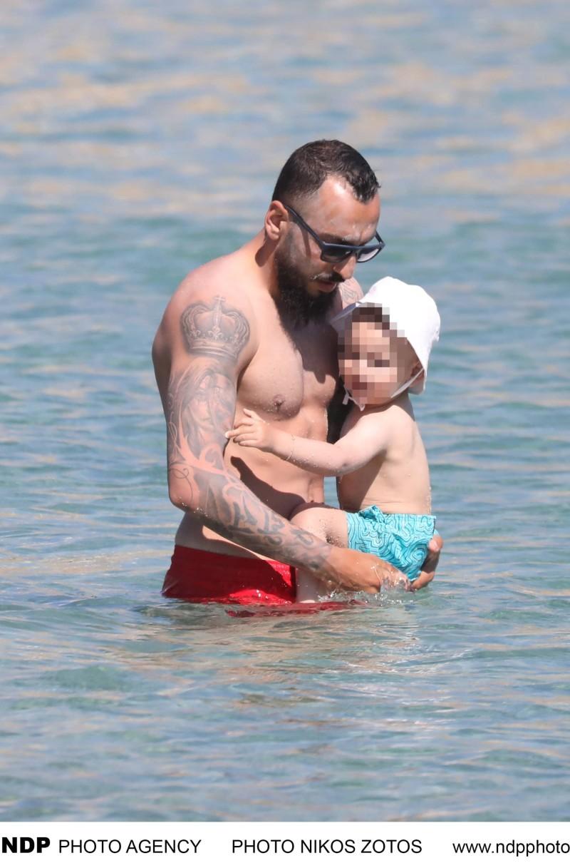 Τρυφερές στιγμές σε παραλία της Μυκόνου για αγαπημένο ζευγάρι με το γιο του