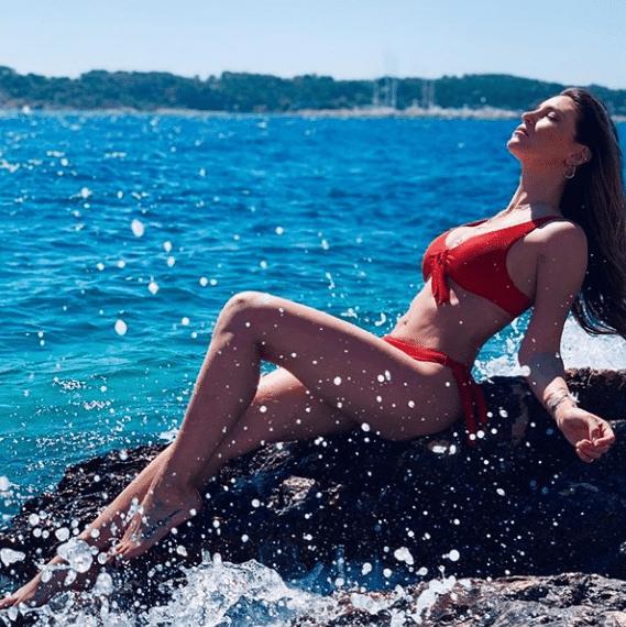 Αθηνά Οικονομάκου: Πάνω στα βράχια με καυτό κόκκινο μπικίνι! Θεϊκό σώμα!
