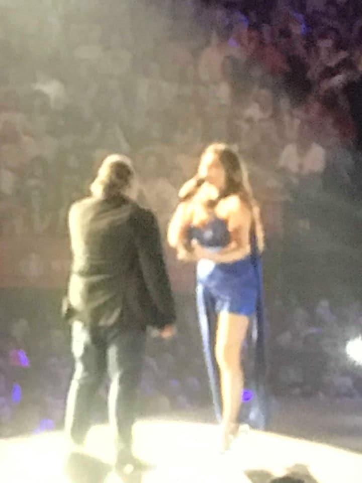 Έλενα Παπαρίζου: Φουσκωμένη η κοιλίτσα της! Το μπλε φόρεμα που