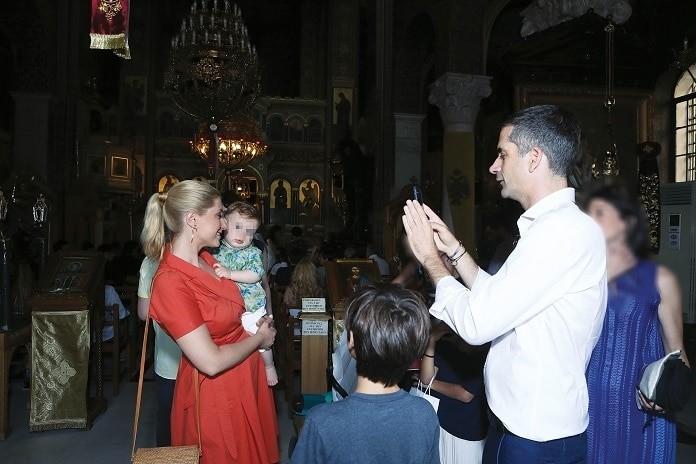 Σία Κοσιώνη - Κώστας Μπακογιάννης: Αγκαλιά στην εκκλησία! Αποκλειστικές φωτογραφίες...