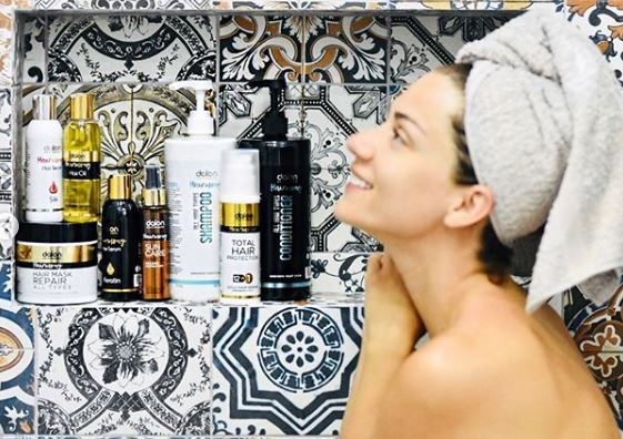 Βάσω Λασκαράκη: Φωτογραφίες μέσα από το μπάνιο της! Με την πετσέτα στα μαλλιά και χωρίς ρούχα...