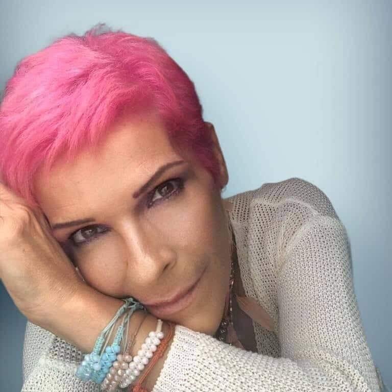 Σοφία Βόσσου: Ξεχάστε ό,τι ξέρατε! Κυκλοφορεί με ροζ «φλαμινγκί» μαλλί! |  ELPress365