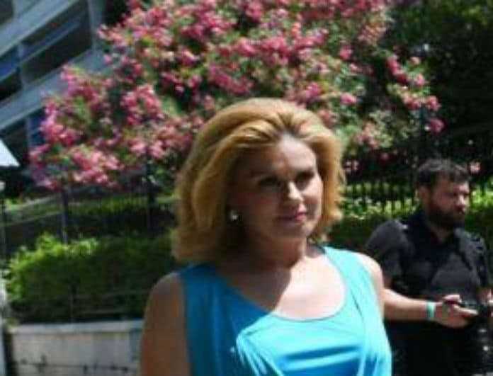 Μανωλίδου τι έπαθες; Αυτή είναι η εμφάνισή της στο πλευρό του Άδωνι στο Προεδρικό Μέγαρο!