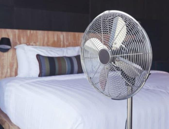 Προσοχή: Αυτό είναι το έξυπνο κόλπο για να λειτουργεί ο ανεμιστήρας σας καλύτερα κι από κλιματιστικό!