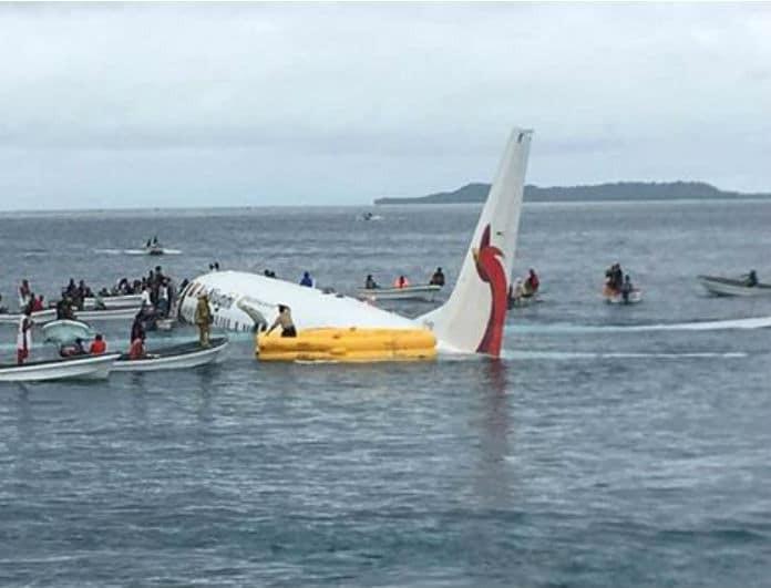 Βίντεο-σοκ! Η στιγμή που αεροπλάνο με δεκάδες επιβάτες κάνει βουτιά στη θάλασσα!