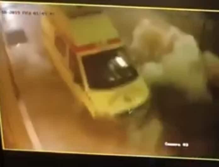 Ασθενοφόρο ανατινάζεται από βόμβα στο Αιγάλεω! (Βίντεο)
