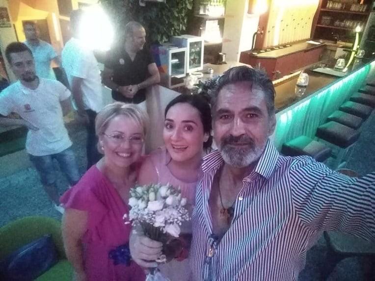 Παντρεύτηκε αγαπημένη ηθοποιός της σειράς «Πέτα τη φριτέζα»!