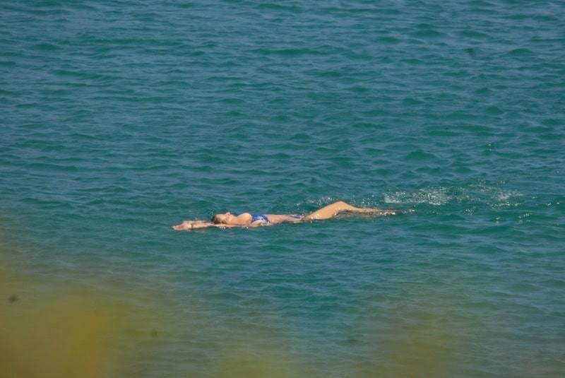 Τζένη Μπαλατσινού: Στη φόρα αποκλειστικές φωτογραφίες με μπλε μπικίνι! Κοιτάξτε την κοιλιά της προσεκτικά!