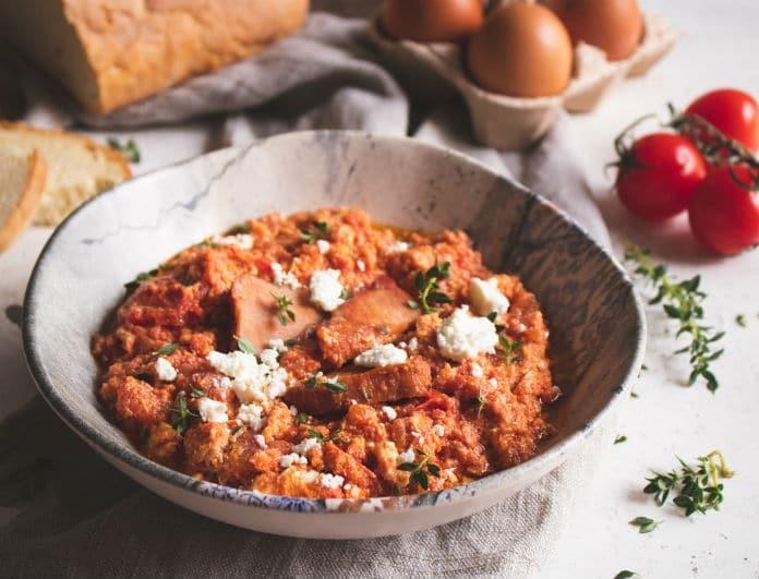 Φτιάξτε ένα εντυπωσιακό πιάτο για το καλοκαιρινό σας τραπέζι! Καγιανάς με σύγκλινο και τυρί σφέλα!