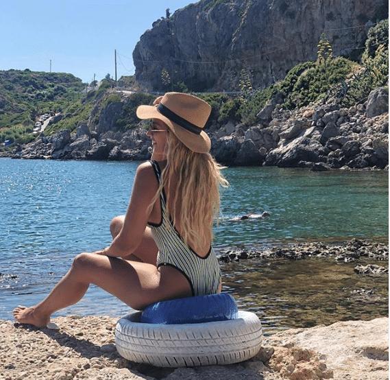 Κωνσταντίνα Σπυροπούλου: Ποζάρει και ανεβάζει θερμοκρασίες μπροστά στον θαυμαστό κόλπο της Ρόδου!