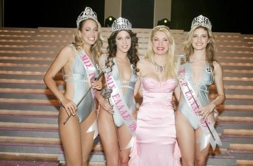 Αγνώριστη η Ελένη Μενεγάκη: Με φόρεμα ροζ να την πιέζει και στήθος που...
