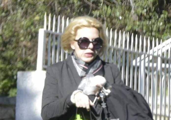 Αννίτα Πάνια: Με πρησμένα χείλη και μαύρα γυαλιά! Δείτε την αδιανόητη φωτογραφία!