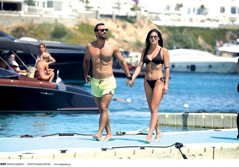 Χριστίνα Μπόμπα - Σάκης Τανιμανίδης: Σκαφάτες διακοπές για το ζευγάρι! Δείτε τα αρετουσάριστα κορμιά τους!