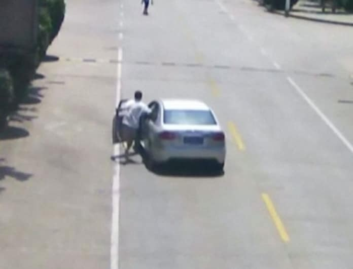 Ταξιτζής πρόλαβε και σταμάτησε αυτοκίνητο χωρίς οδηγό και έσωσε 2 παιδιά! (Βίντεο)
