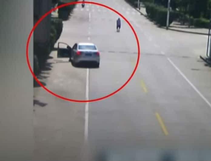 Βίντεο που κόβει την ανάσα: Άνδρας σώζει παιδιά σε αυτοκίνητο που «κυλάει» χωρίς οδηγό!