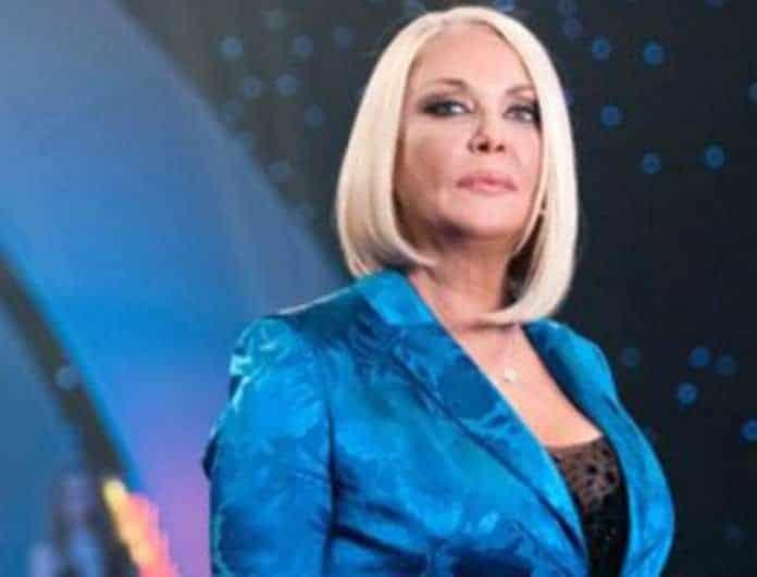 Ρούλα Κορομηλά: Όπως δεν την έχετε ξαναδεί! Μόνο με μπουρνούζι και κοσμήματα...