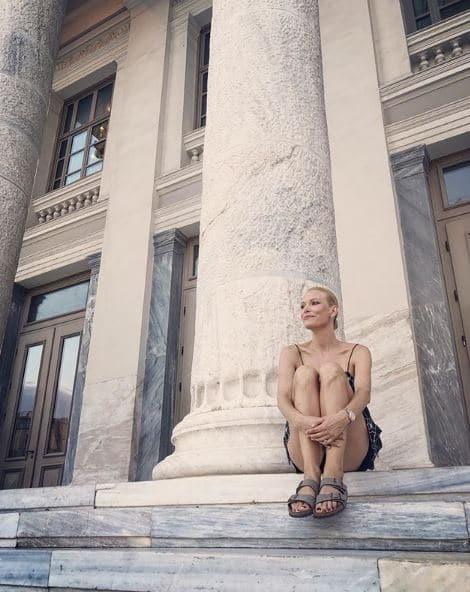 Βίκυ Καγιά: Φόρεσε τα πιο «άσχημα» παπούτσια με στιλ μοντέλου! Μόνο εκείνη θα το έκανε αυτό...