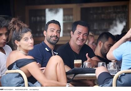 Σάκης Τανιμανίδης-Χριστίνα Μπόμπα: Απόβαση στην Μύκονο! Βόλταραν στα σοκάκια με τον Ατζούν!