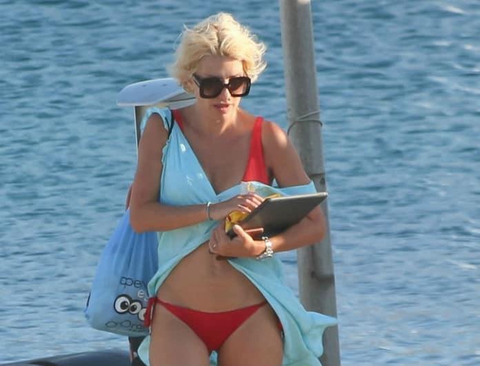 Ελένη Μενεγάκη: Έδωσε 125 ευρώ και όλοι κοίταγαν το κόκκινο μαγιό της! Το λάτρεψε και ο Μάκης...