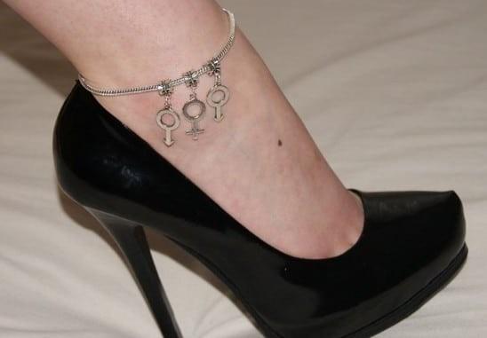 Φοράτε βραχιολάκια στο πόδι; Μόλις δείτε τι σημαίνουν, θα τα πετάξετε όλα!