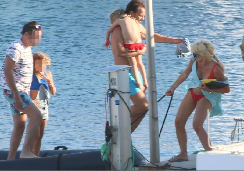 Ελένη Μενεγάκη: Αχώριστη με την Μαρινούλα! Οι διακοπές με τον Μάκη στις Κυκλάδες!