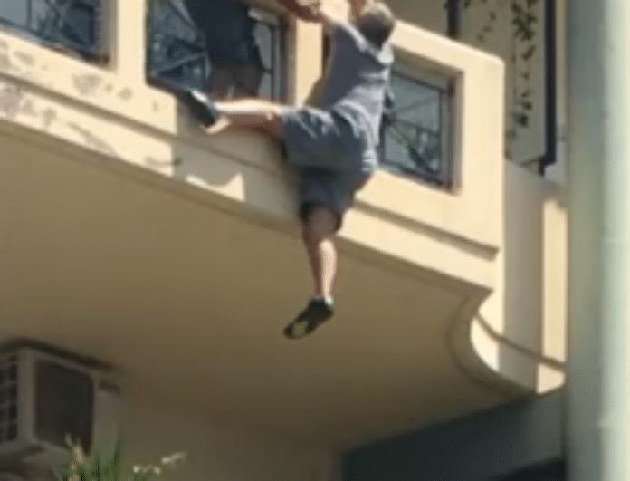 Σοκ στην Ξάνθη! Άντρας έπεσε από το μπαλκόνι! Κρεμιόταν από τα κάγκελα μέχρι που... (Βίντεο)