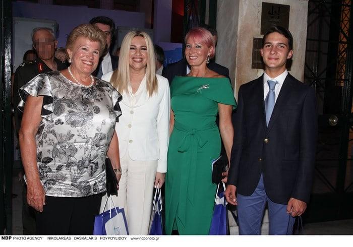 Νατάσα Παζαΐτη: «Έλαμψε» σε εμφάνιση με τον γιο της! Το πράσινο φόρεμα και τα ροζ μαλλιά!