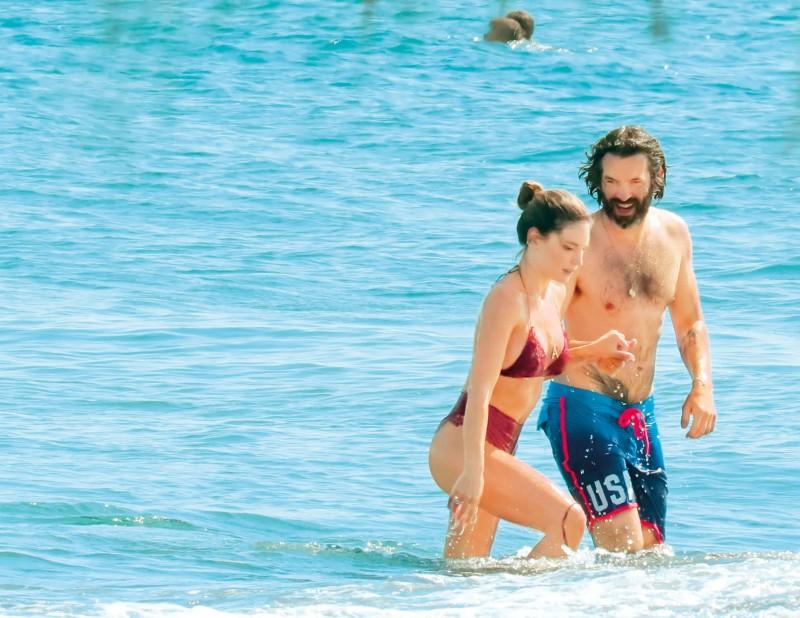 Αθηνά Οικονομάκου - Φίλιππος Μιχόπουλος: «Λιώνουν» από έρωτα! Καρέ - καρέ τα «καυτά» φιλιά στην παραλία!