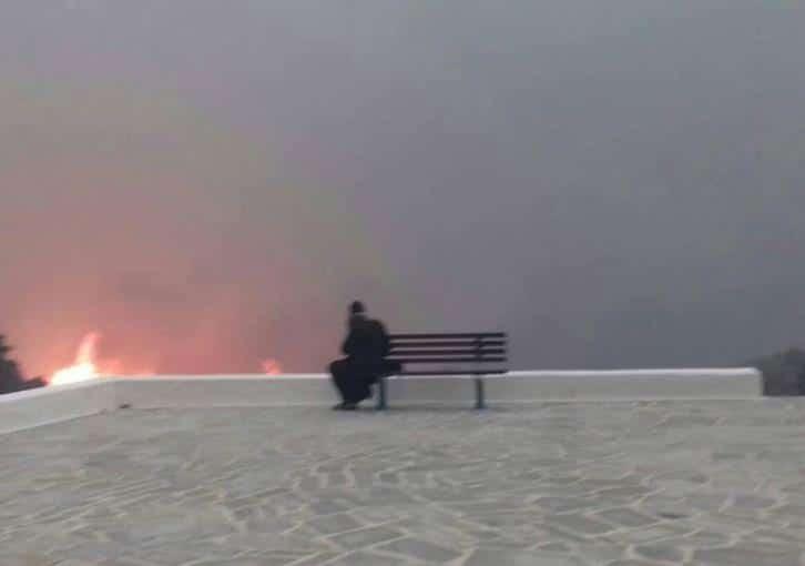 Ανατριχιαστική φωτογραφία! Ο Άγιος Παΐσιος εμφανίστηκε στις φωτιές στο Μάτι!
