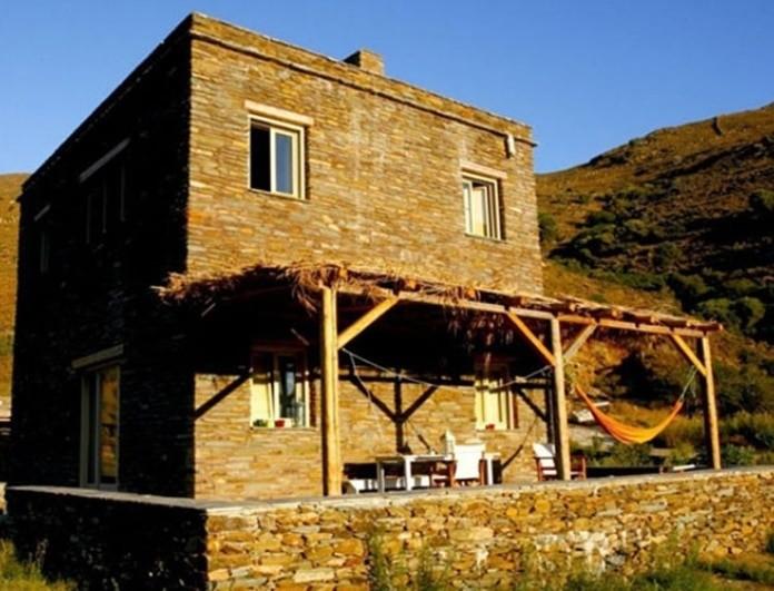 Ελένη Μενεγάκη: Το εντυπωσιακό σαλόνι και η κρεβατοκάμαρα του σπιτιού της στην Άνδρο!