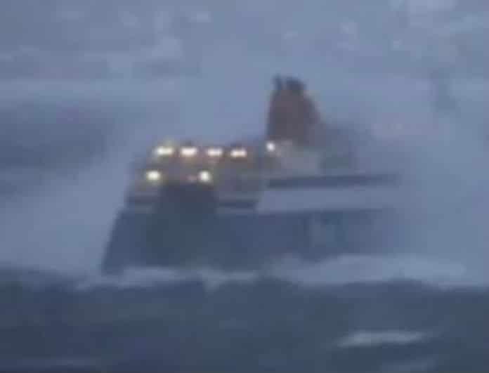 Σοκ στην Κάρπαθο! Πλοίο έπεσε σε θαλασσοταραχή! 7 τραυματίες!